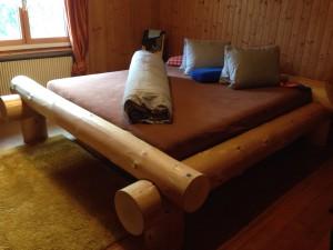 Ueli Bodenmann stellt Bett aus Schweizer Weisstanne her.
